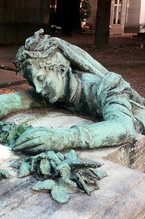 Le-donne-al-cimitero-monumentale